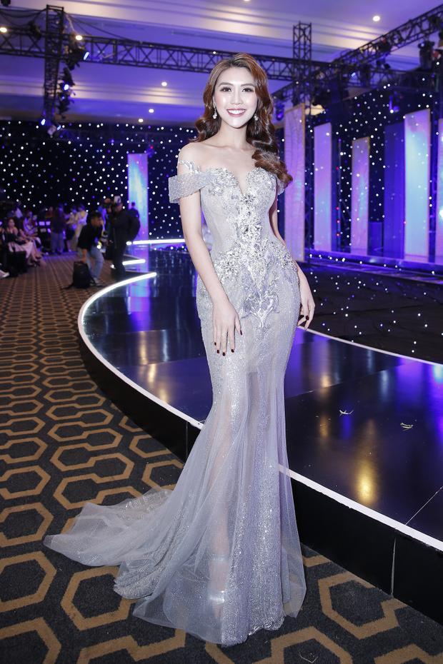 Bước ra từ chương trình The Face mùa 2, Tường Linh đang là cái tên được nhiều nhà thiết kế yêu thích. Lần này, cô gây ấn tượng trên thảm đỏ bởi vẻ đẹp sang trọng, tinh tế.