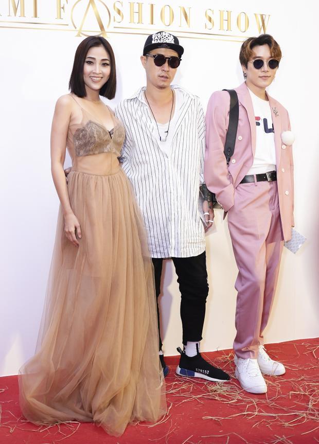 MC Liêu Hà Trinh, NTK Công Khanh, nhạc sĩ Châu Đăng Khoa có mặt trên thảm đỏ sự kiện thời trang. Mỗi người mang một phong cách khác nhau nhưng đều bắt nhịp xu hướng đang thịnh hành.