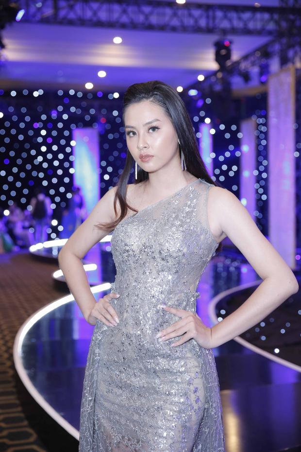 Hoa hậu Biển Thuỳ Trang hiếm hoi đi sự kiện. Người đẹp có ngoại hình khoẻ khoắn, năng động chọn trang phục phù hợp không gian đêm thời trang.