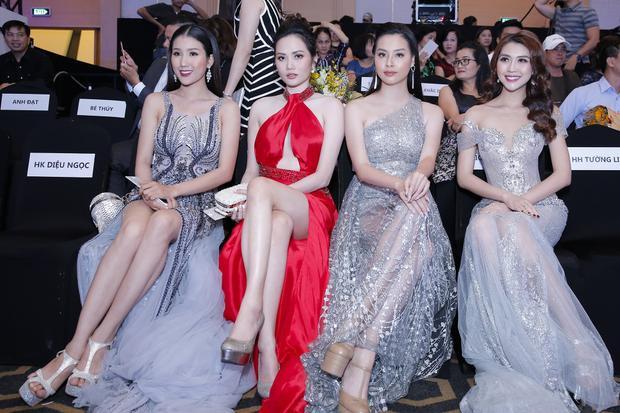 Các mỹ nhân Vbiz trong trang phục dạ hội kiều diễm, nổi bật trên hàng ghế đầu của show thời trang ứng dụng kỹ thuật 4D đầu tiên tại Việt Nam.