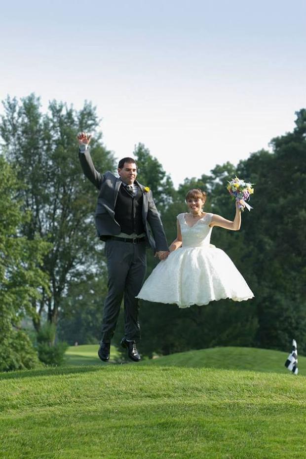 Trong tấm ảnh này, cô dâu trông như thể bị cụt cả hai chân.