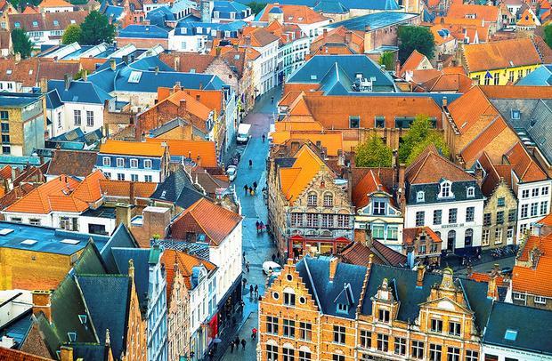 Bruges, Bỉ: Thành phố thời trung cổ Bruges ghi tên mình vào danh sách những thành phố đẹp nhất châu Âu vào mùa thu. Những sắc màu phản chiếu trên các con kênh tạo nên khung cảnh lãng mạn. Ở đây, bạn có thể tham quan những phiên chợ trời mở đến hết tháng 11 và nhâm nhi socola nóng ngon nổi tiếng tại De Proeverie.