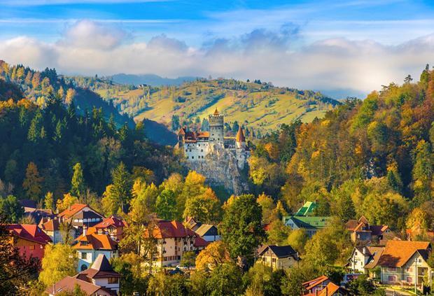 Transylvania, Rumani: Transylvania từ lâu đã gắn liền với những giai thoại huyền bí và những lâu đài lộng lẫy thời trung cổ cùng ánh trăng mờ ảo. Nếu thích, bạn có thể lái xe xuyên qua Fagaras, nơi có 20 đỉnh núi cao hơn 2.000 m để tận mắt chiêm ngưỡng phong cảnh ngoạn mục.