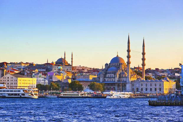 Istanbul, Thổ Nhĩ Kỳ: Đây là điểm đến lý tưởng cho du lịch mùa thu, khi khí trời trở nên mát mẻ. Việc chiêm ngưỡng thành phố cổ tích với kiến trúc tuyệt đẹp này cũng trở nên thú vị hơn khi bạn không phải chen chúc với đám đông. Dạo bước qua những con hẻm nhỏ quanh co của Old Town, lắng nghe tiếng nhạc phát ra từ mọi ngóc ngách, và thử nghiệm borek - món ăn truyền thống của Thổ Nhĩ Kỳ - là đã đủ làm nên một ngày thu đáng nhớ của bạn ở Istanbul.