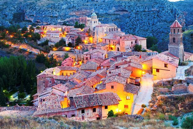 Aragon, Tây Ban Nha: Giáp biên giới với Pháp, mùa thu ở Aragon thường có nhiệt độ lý tưởng, từ khoảng trên 20-26 độ C. Tại Vườn Quốc gia Ordesa y Monte Perdido, bạn sẽ được chiêm ngưỡng hàng loạt những mảng màu ấn tượng, cùng vô số các động vật hoang dã và thác nhiều tầng. Chưa hết, thành phố Albarracin về đêm sẽ khiến bạn cảm tưởng như mình đang được ở trong một khu vườn cổ tích.