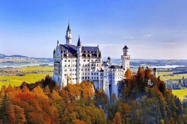Bavaria, Đức: Tại miền Nam nước Đức, bạn sẽ tìm thấy cảnh quan ngoạn mục nhất châu Âu, với cánh rừng Alpine khoác đủ màu sắc nổi bật trên nền những ngọn núi phủ tuyết. Đây là mùa của nhiều lễ hội rượu vang, lễ hội bia Oktoberfest, và các hoạt động ngoài trời như đi bộ leo núi, lãng mạn trên xe ngựa kéo hay nếm thử các loại rượu tại nhà máy Bavarian. Ngoài ra, vùng đất này còn có 25 lâu đài lịch sử, như Neuschwanstein, Linderhof, Nuremberg và Burghausen để bạn khám phá.
