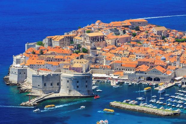 Dubrovnik, Croatia: Thành phố Dubrovnik xinh đẹp nằm ven bờ biển Adriatic có mức giá rẻ hơn so với nhiều thành phố biển châu Âu khác, nhất là vào mùa thu. Thời điểm này, thời tiết vẫn ấm áp nhưng phần lớn khách du lịch đã vãn. Bạn sẽ được thoải mái thưởng thức không gian xung quanh mà không phải chen lấn với đám đông.