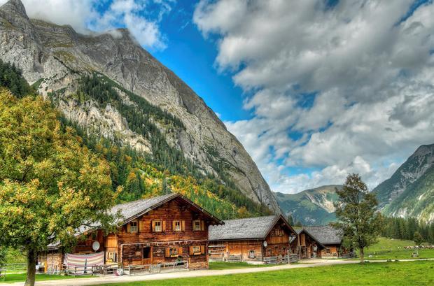 Ahornboden, Áo: Ahornboden nằm gần Innsbruck thuộc vùng Silver của Áo, ở độ cao hơn 1000m trên dãy Alps giữa những đỉnh núi đá cao vút. Ở đây, bạn sẽ tìm thấy những đồng cỏ cao nguyên yên tĩnh với hàng ngàn cây phong rải rác thay lá vàng mỗi dịp thu đến. Thời điểm này là mùa trung gian với lượng khách du lịch giảm đáng kể, bạn sẽ có nhiều cơ hội với du lịch giá rẻ.