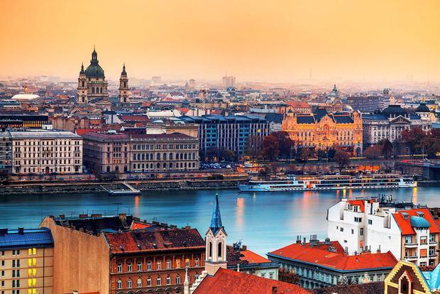 Budapest, Hungary: Khi cái nóng mùa hè nguội dần và nhiệt độ dao động ở mức 20 độ C, Budapest trở thành điểm đến mùa thu lý tưởng. Đây là thành phố tuyệt vời để dạo bộ, lang thang trên những con phố quanh co và khám phá những quán cà phê ấm cúng. Ngoài ra, khách du lịch cũng có thể ghé thăm và trải nghiệm rượu vang ở các khu vực lân cận như Eger, Tokaj, Villany, hoặc lái xe đến Danube Bend để tận hưởng màu sắc của mùa thu. Ảnh: John & Tina Reida.