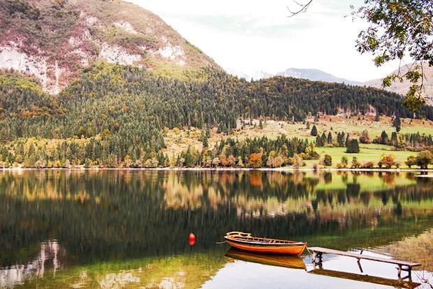 Ukanc, Slovenia: Làng Ukanc nằm ở phía tây hồ Bohinj thuộc vùng Upper Carniola của Slovenia. Tại đây, du khách có thể thưởng thức những khung cảnh ấn tượng nhất châu Âu bằng cáp treo lên đỉnh núi Vogel. Sắc thu khiến khu vực này trở thành một nơi tuyệt vời với hai tông màu đỏ, vàng phản chiếu trên mặt hồ trong vắt. Từ Ukanc, bạn có thể đến thác nước Savica trong một tiếng đồng hồ đi bộ. Ngoài ra, để trải nghiệm nhiều hơn, thung lũng Seven Lakes cũng là một lựa chọn thích hợp.