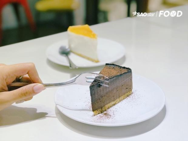 Thưởng thức bánh ngọt trong không gian trắng  đen tinh tế