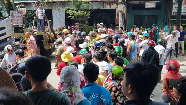Hàng trăm người dân hiếu kỳ theo dõi vụ việc khiến giao thông qua khu vực bị ùn ứ.