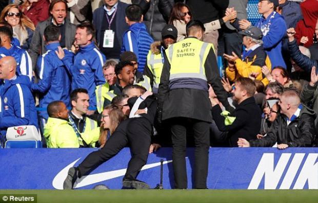 Không khó hiểu Conte vui tới mức bổ nhào vào biển quảng cáo…