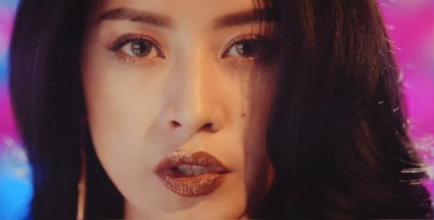 Chi Pu lựa chọn phong cách trang điểm môi lấp lánh trong MV đầu tay.