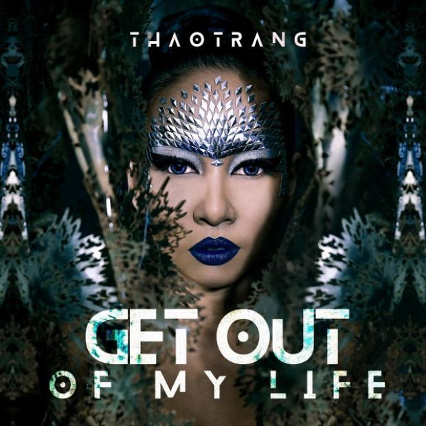 Tạo hình ấn tượng của Thảo Trang trong MV.Tuy không sử dụng kim tuyến trực tiếp như Chi Pu, song việc sử dụng nhũ lấp lánh trên nền son xanh đậm độc đáo đã giúp Thảo Trang có được diện mạo đầy thu hút.