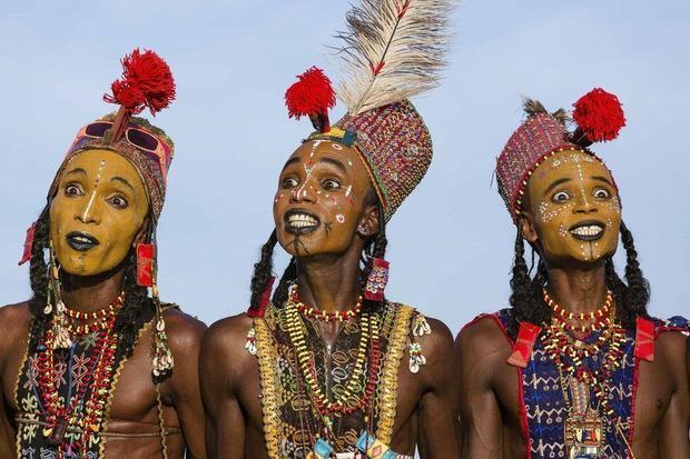 Ba anh chàng tộc Wodaabe gắn những đồ vật bằng nhựa lên người để trang trí.