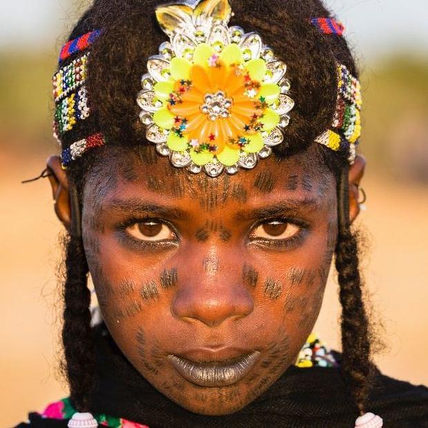 Những người phụ nữ Wodaabe thường đeo các dải hạt nhựa trên đầu, cũng như xăm khuôn mặt để tăng tính thẩm mỹ cho khuôn mặt.
