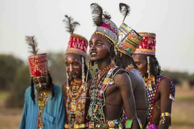 Dưới cái nóng 50 độ C, những người đàn ông Wodaabe sẽ đội mũ lông đà điểu và tham gia thi các điệu nhảy tên gọi Yaake, điệu nhảy giao phối để đàn ông tỏ rõ sức mạnh.