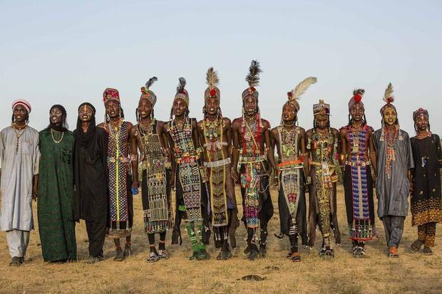 """Wodaabe có nghĩa là """"những người theo nghi thức thanh tịnh"""". Đàn ông của bộ tộc Wodaabe luôn tự cho mình là người đẹp nhất trên thế giới."""