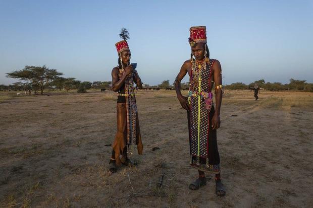 Hai người đàn ông Wodaabe nghỉ giải lao. Lễ hội Gerewol cũng được coi như một bài kiểm tra năng lực của những người đàn ông, vì họ phải nhảy trong nhiều giờ liên tục.