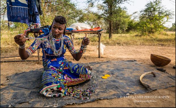 """Phụ nữ Wodaabe cũng tự hào về vẻ đẹp của họ. Phụ nữ trong bộ tộc Wodaabe có tất cả mọi quyền lực, tự do trong chuyện tình dục. Họ có thể """"qua đêm"""" với bất cứ ai họ muốn trước khi kết hôn và có thể có nhiều chồng. Theo truyền thống, cuộc hôn nhân đầu tiên của phụ nữ là do gia đình sắp đặt từ khi đôi nam nữ còn nhỏ tuổi, được gọi là Koogal. Lớn lên, họ có quyền quyết định hôn nhân của mình."""