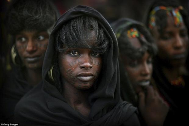 """Các cô gái Wodaabe khi tham gia lễ hội thì ăn mặc đơn giản hơn """"cánh mày râu"""". Hình xăm trên mặt người phụ nữ cũng một phần thể hiện văn hóa của bộ tộc. Nó thể hiện sức mạnh và sự dũng cảm của các cô gái."""