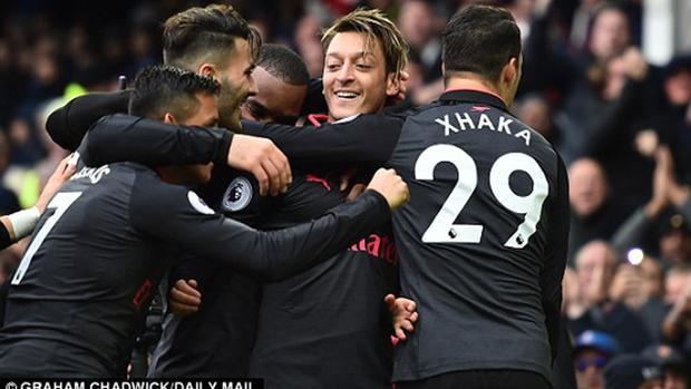 Ozil lập công lớn khi Arsenal đè bẹp Everton