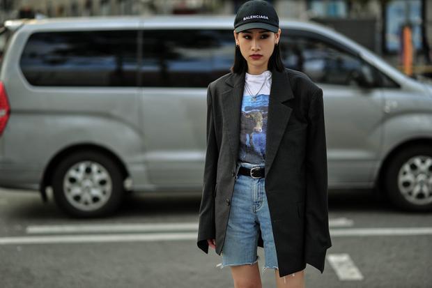 """Balenciaga lần đầu ra mắt mẫu mũ lưỡi trai classic thêu logo hãng với 2 lựa chọn màu đen, trắng. Hàng loạt tín đồ thời trang từ Á sang Âu lại đang """"phải lòng"""" chiếc mũ thêu logo có giá lên tới 7 triệu đồng."""