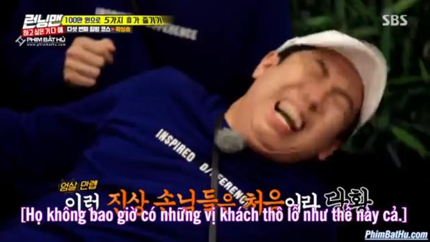 Se Chan đau đớn nhắm tít mắt.