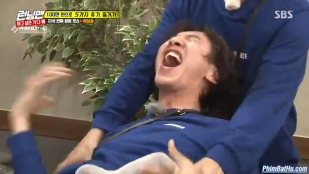 HaHa đã phải ôm chặt Kwang Soo .
