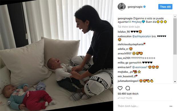Georgina khoe cảnh vui đùa cùng cặp song sinh trên mạng xã hội