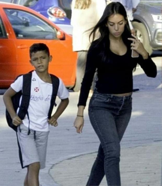 Đưa đón con trai lớn của Ronaldo.