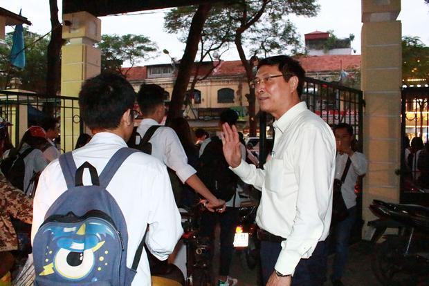 Hình ảnh học sinh đi tới chào hỏi thầy hiệu trưởng.