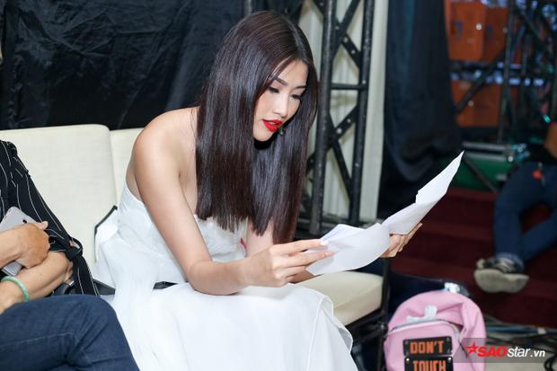 Ngoài là khách mời, Quỳnh Châu còn tham gia làm MC sự kiện, dẫn dắt xuyên suốt chương trình. Người đẹp cẩn thận đọc lại kịch bản trước khi lên sân khấu.