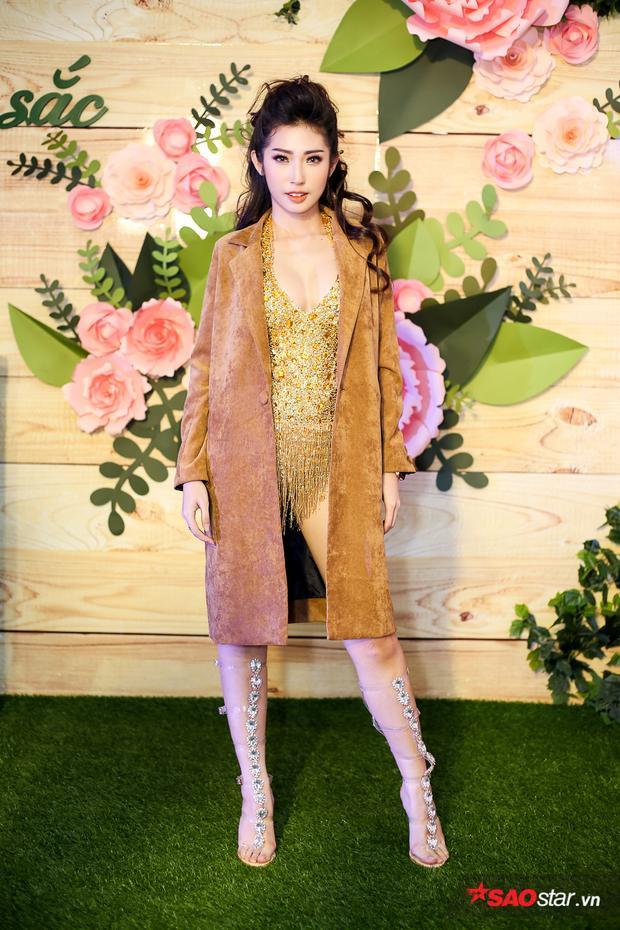 Trái ngược với Quỳnh Châu, bạn gái của Ngô Kiến Huy - ca sĩ Khổng Tú Quỳnh diện trang phục sexy khi trình diễn tại sự kiện.