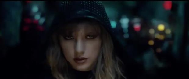 Taylor xuất hiện với ánh mắt sắc lẹm.
