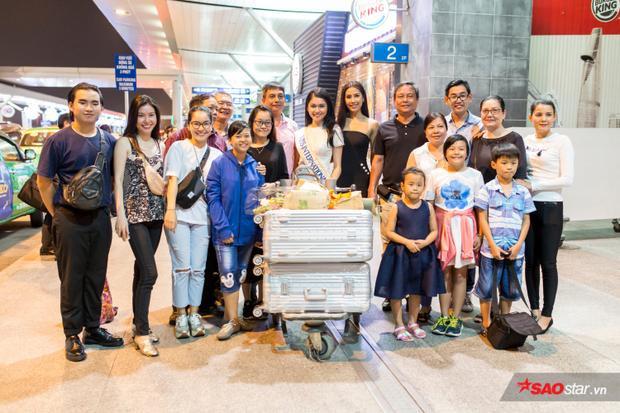 Cả gia đình của Á hậu Thùy Dung cũng có mặt tại sân bay để tiễn người đẹp cũng như chúc cô lên đường may mắn, mang vinh quang về cho dải đất hình chữ S.