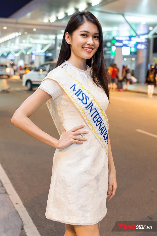 Á hậu Thùy Dung diện váy trắng giản dị có mặt tại sân bay Tân Sơn Nhất, sẵn sàng lên đường sang Nhật Bản.