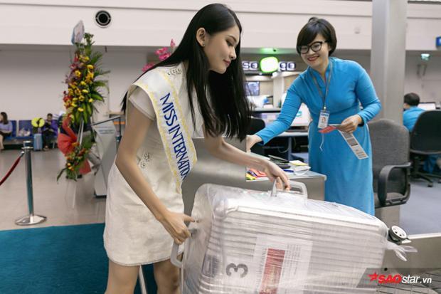 Người đẹp mang theo khá nhiều hành lý. Tổng hành lý của đại diện Việt Nam gồm 10 kiện, nặng gần 140kg. Trong đó, bộ trang phục dân tộc chiếm 3 kiện hành lý riêng để có thể vận chuyển.