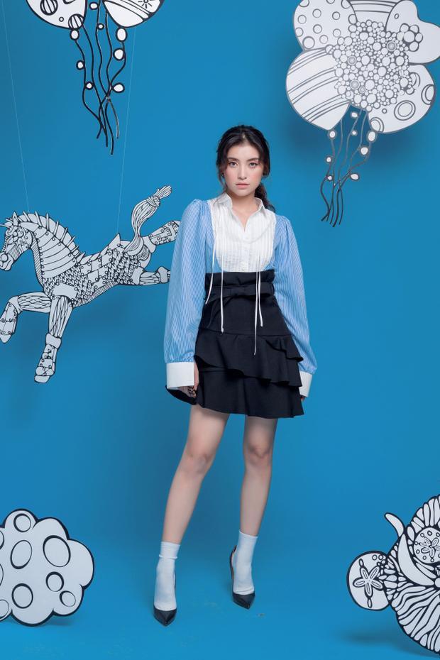 Ở bộ hình lần này, Tiêu Châu Như Quỳnh mang tới loạt concept nữ tính. Các trang phục được cô lựa chọn với màu sắc pastel trang nhã, những thiết kế giản dị nhưng được cắt cúp tỉ mỉ, tinh tế.