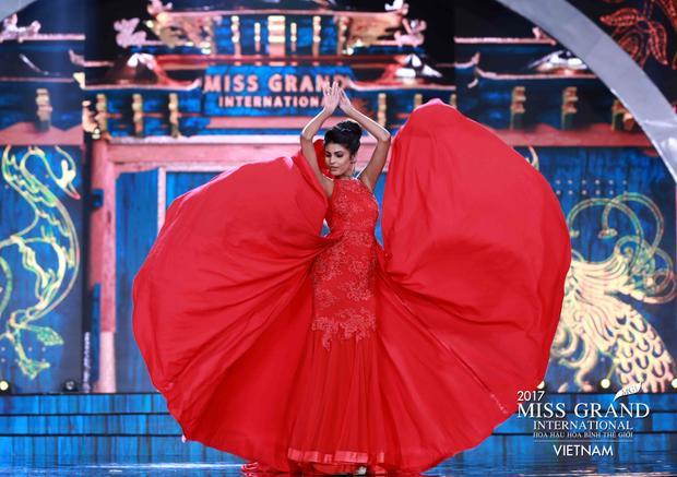 Miss Sri Lanka lại cực kì ấn tượng với bộ váy tông đỏ rực rỡ giúp tôn lên làn da màu khỏe khoắn. Tuy chi tiết đính kết không quá tinh xảo nhưng người đẹp được điểm cộng bởi cách chọn form dáng váy thông minh. Phần tà chất liệu mềm mại cùng cách tạo dáng, trình diễn chuyên nghiệp của cô đã nhận được rất nhiều sự cổ vũ của khán giả có mặt tại sân khấu.