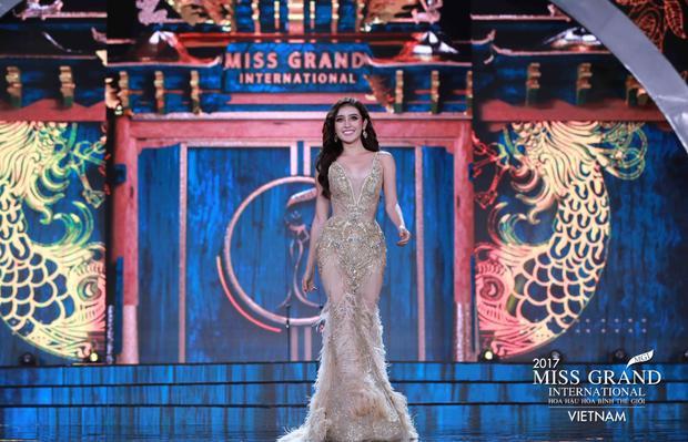 """Đại diện Việt Nam - Huyền My - lựa chọn cho bản thân chiếc đầm đuôi cá đính kết tinh xảo và lộng lẫy. Bộ trang phục đến từ nhà thiết kế Anh Thư là một sản phẩm được """"đo ni đóng giày"""" dành cho My khi chinh chiến tại đấu trường quan trọng này! Gương mặt sáng, cùng thần thái đầy cuốn hút của Huyền My đã làm thỏa lòng khán giả hâm mộ Việt Nam. Cô được đánh giá là một trong những người đẹp nổi bật nhất trong đêm nay và có nhiều cơ hội nằm trong top 20 chung cuộc."""