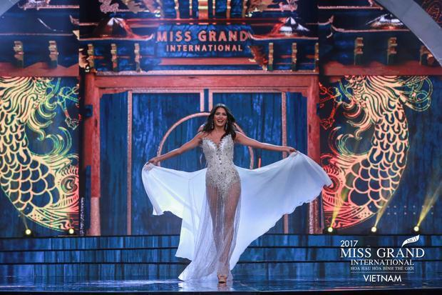 Hoa hậu Venezuela vô cùng gợi cảm với thiết kế đầm xuyên thấu khoe đôi chân thẳng tắp. Bộ váy đính kết cầu kỳ, đặc biệt là phần đuôi váy có thể mở ra được đã giúp cho người đẹp có phần trình diễn vô cùng xuất sắc trên sân khấu Miss Grand.