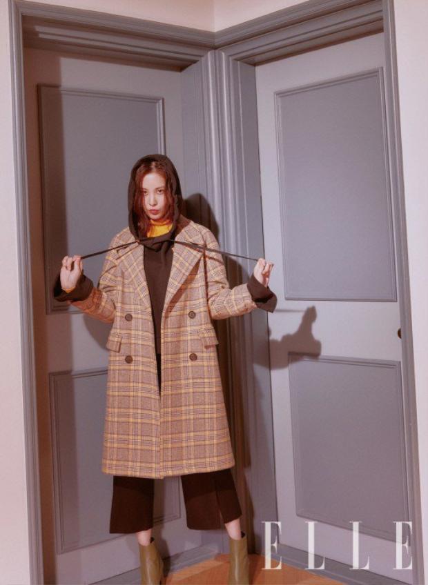 Bộ combo hoodie cùng trend coat và boots giúp cô nàng càng tăng thêm vẻ bụi bặm, kín đáo nhưng cũng không kém phần sang chảnh.