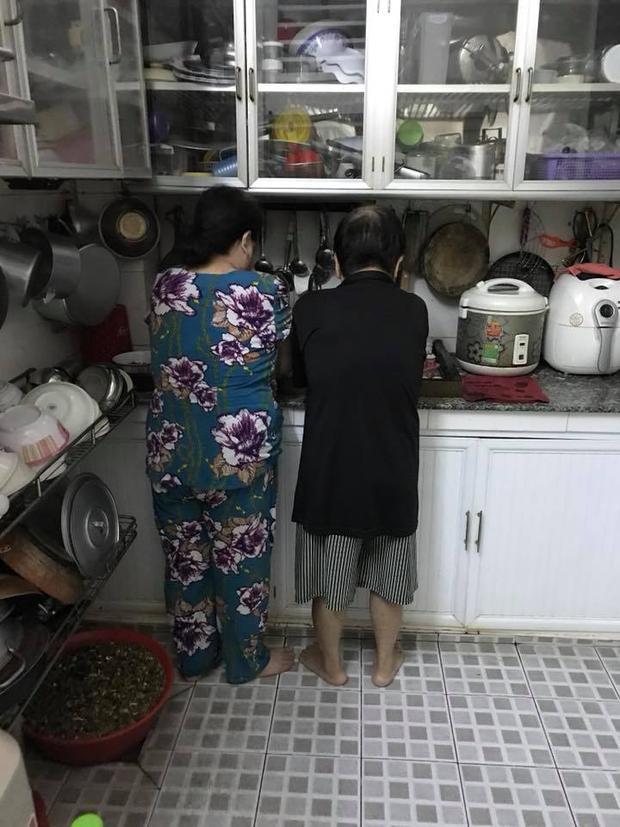"""Bạn Truong Minh chia sẻ bức ảnh kèm caption: """"Ba mẹ mình người 70 hơn, người 60 vẫn đứng rửa chén chung, anh anh em em ngọt sớt"""""""