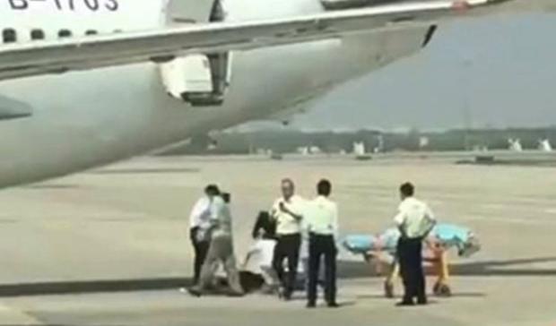 Rơi khỏi máy bay trong lúc cất cánh, nữ tiếp viên bị thương nặng