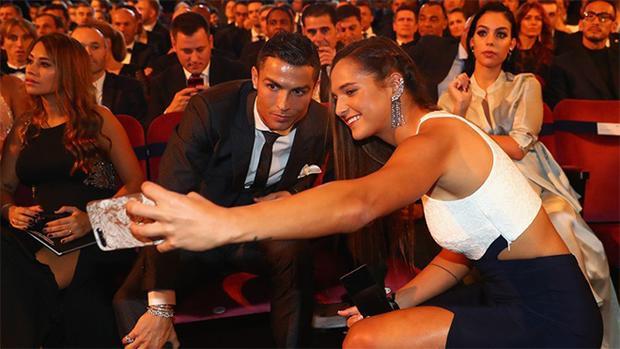 """Bên cạnh chỉ trích của Megan Rapinoe, Deyna Castellanos còn đang bị truyền thông """"soi"""" do dám chụp ảnh kỷ niệm với Cristiano Ronaldo ngay trước mặt vợ sắp cưới của ngôi sao Real Madrid. Nhìn vẻ mặt lạnh như tiền của Georgina Rodríguez, xem ra ly tách nhà Cristiano Ronaldo đang lâm nguy."""