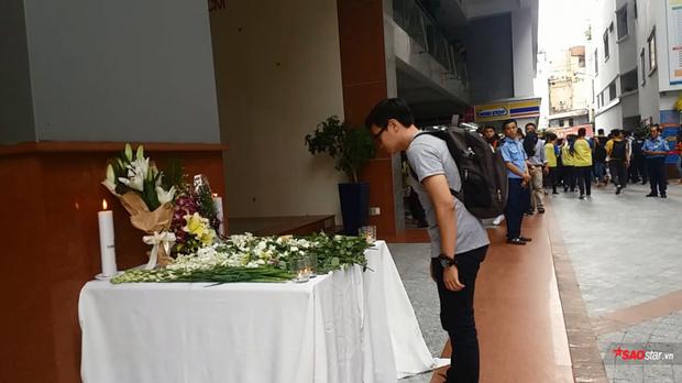 Nhiều người đến đặt hoa tưởng nhớ nạn nhân xấu số.