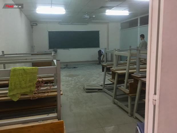Phòng học B709 đang có người sửa sàn.
