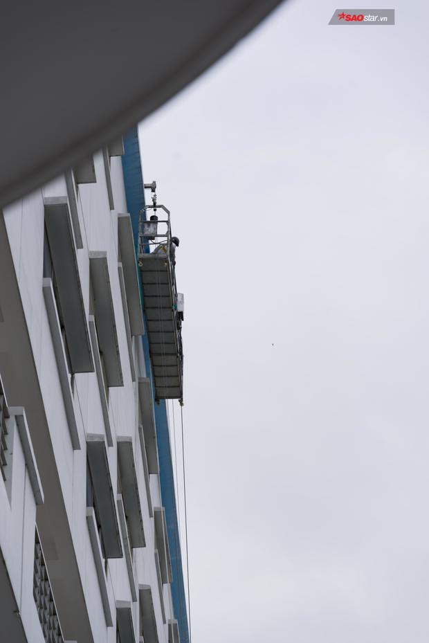 Đơn vị thi công đang sửa chữa phần nóc nhà, chỗ mối nối bị vỡ dẫn đến cái chết của nam sinh Nguyễn Thanh Long.